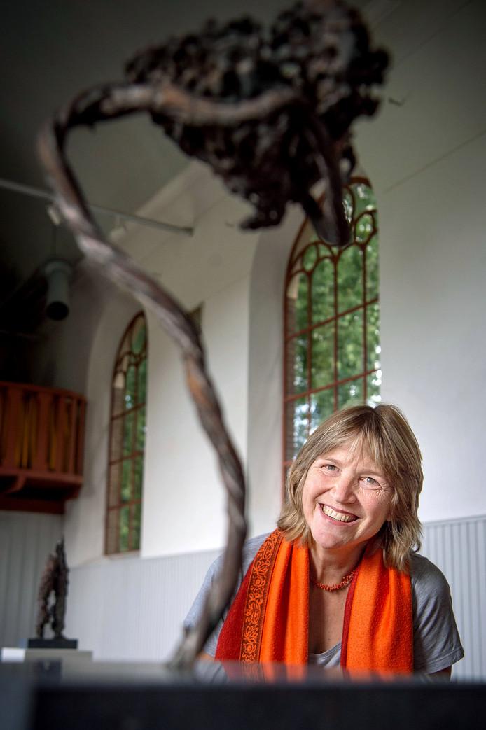 Kunstenares Annemiek Collin exposeert in het kerkje in Winssen.