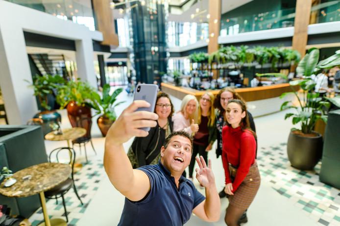 Trucker Chris maakt een selfie met zijn vier dates Sylvana, Angelina, Stacey en Femke. Rechts presentatrice Gwen van Poorten.