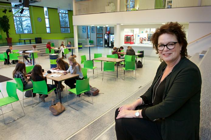 Directeur Clemy Oomens in de aula van de Rozendaalse locatie van Het Rhedens.