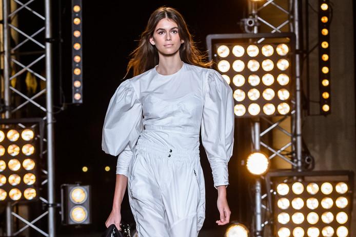 Kaia Gerber tijdens de modeweek van Parijs.