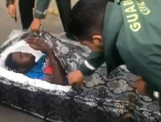 Spaanse Guardia Civil treft twee Afrikaanse vluchtelingen aan in matrassen op autodak