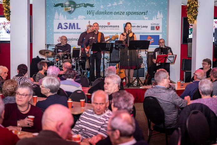 Zo'n honderd Veldhovense KBO-leden genoten vrijdag van een muzikale middag tijdens Echt Veldhovenz On Ice.