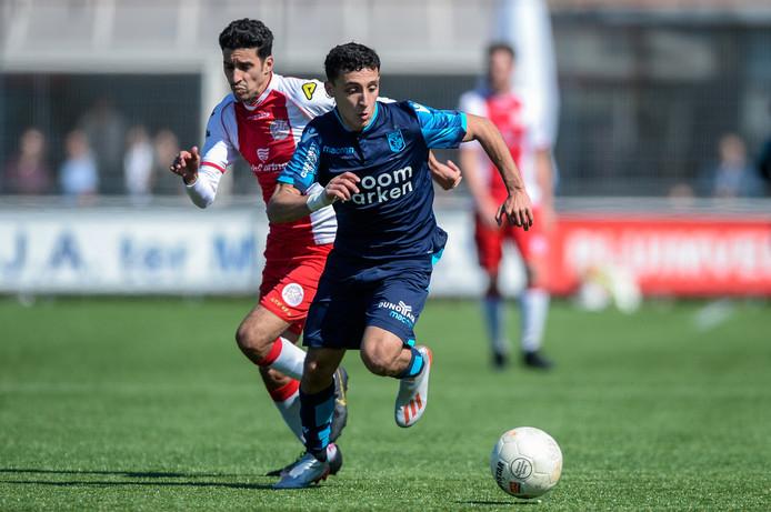 Hicham Acheffay (blauw shirt) laat Achraf Nejmi van IJsselmeervogels achter zich. Het talent verruilt Jong Vitesse deze zomer voor FC Utrecht.