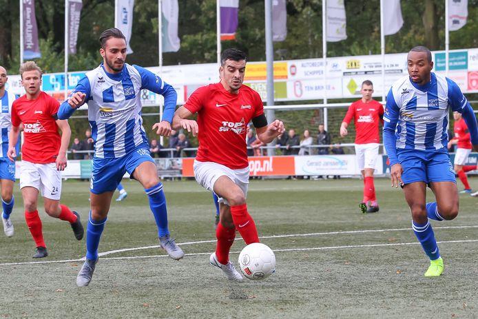 Karim Bannani (links) en Roycel James (rechts) sluiten Excelsior'31-aanvaller Hakim Ezafzafi in. James zorgde na rust met een schitterend schot voor de 0-3.