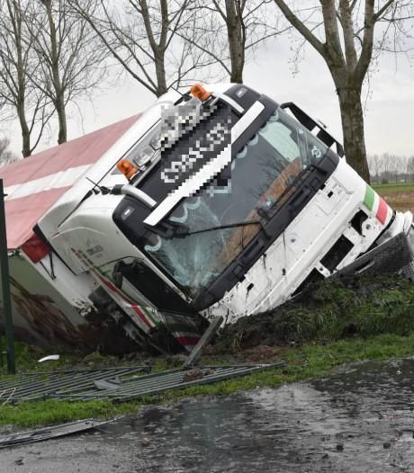 Vrachtwagen sloot ingereden in Velddriel