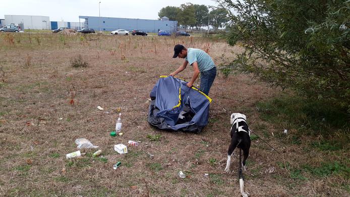 Danny Siemes en zijn hond Rocky leefden in september een poos vanuit een tentje op bedrijventerrein De Mars in Zutphen.