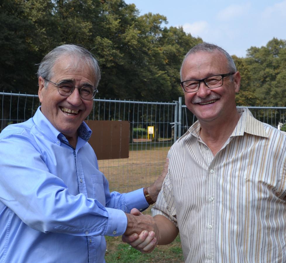 Jos Raemaekers feliciteert de werkgroep met de subsidie voor de kiosk in Stevensbeek.