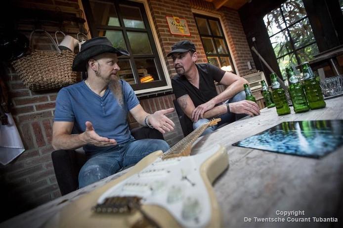 Vriezenvener Anko Lammers (Rechts) is bevriend met Amerikaanse bluesrock artiest Dudley Taft (en zijn band). Taft toert nu vanuit huize Lammers door Europa voor concerten.