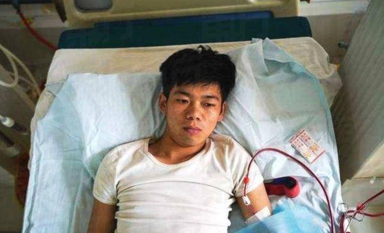 De 25-jarige jongeman is aan zijn bed gekluisterd en krijgt permanent dialyse.