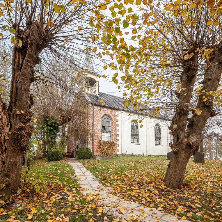 Het kerkje van Jukwerd wordt bewoont door kunstenaar Rieks Pepping en Annemiek de Jong.   Beeld Harry Cock/de Volkskrant