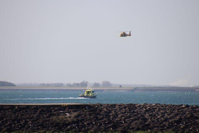 De kustwacht is met een boot en een helikopter ter plaatse.