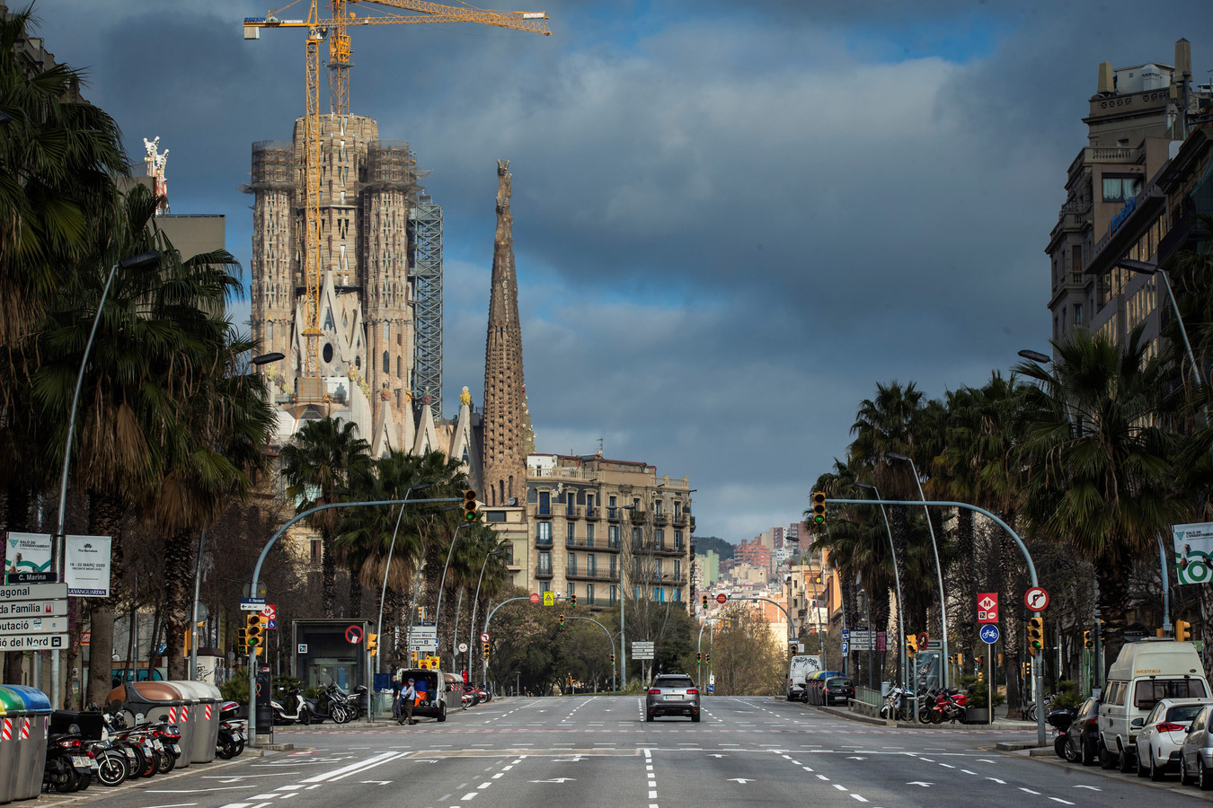 Een vrijwel verlaten straat naast de Sagrada Familia-basiliek (L, achtergrond) in Barcelona, een dag nadat de Spaanse regering de alarmstatus afkondigde in een poging de verspreiding van COVID-19 te stoppen.