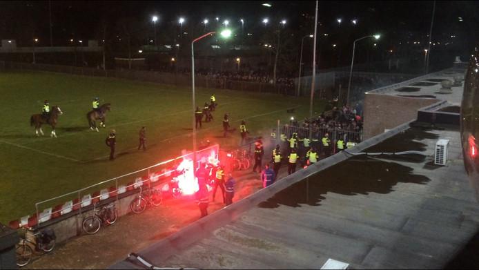 Supporters gooiden met vuurwerk en stenen na de wedstrijd tegen MVV.