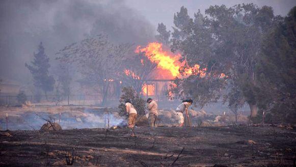 Een huis gaat in vlammen op nabij Lake Isabella.