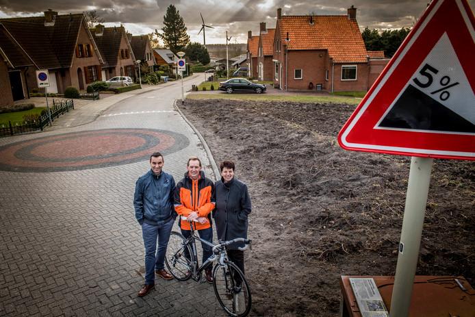 Zondag 18 maart finisht de 60e Ronde van Woensdrecht weer op de Rijzendeweg. Het organisatiecomité van voorzitter John de Crom (midden), zijn vrouw Diana en zwager Jack van de Klundert stopt ermee. Dus of er een 61e editie komt op de Brabantse Wal?