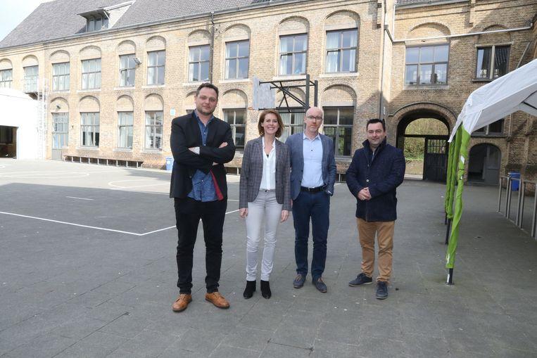 De directeur en adjunct directeur van het college samen met burgemeester  Talpe en schepen Desmadryl op de speelplaats