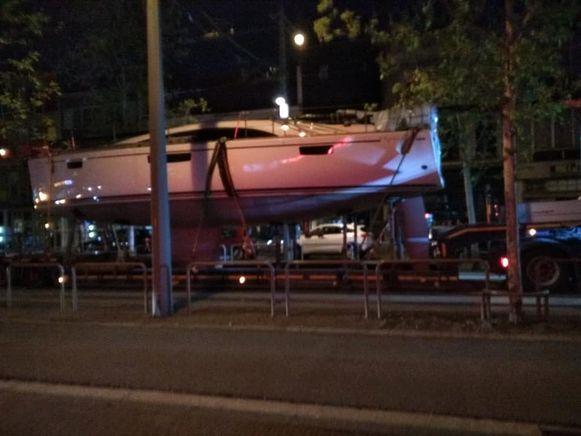 De trucker probeerde de boot via de trambedding te vervoeren.