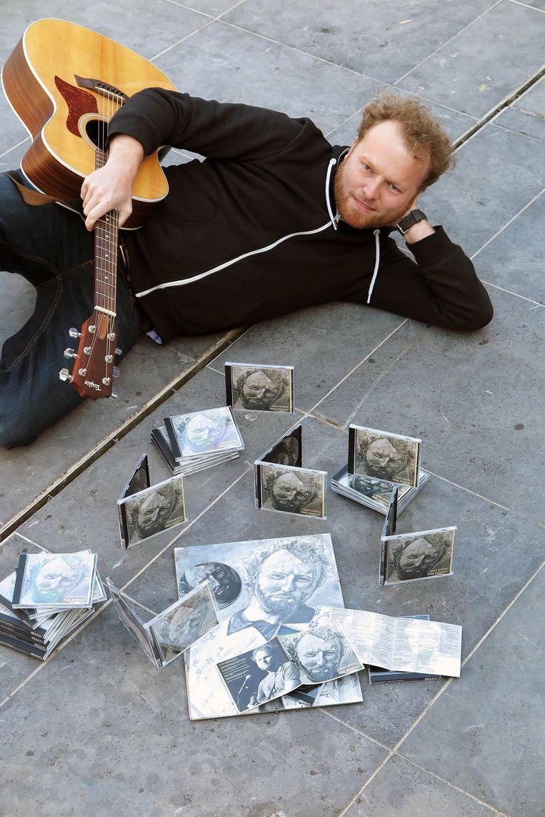 Komiek Koen Dewulf met zijn eerste cd die hij toepasselijk 'Vrije Bijdrage' heeft genoemd.