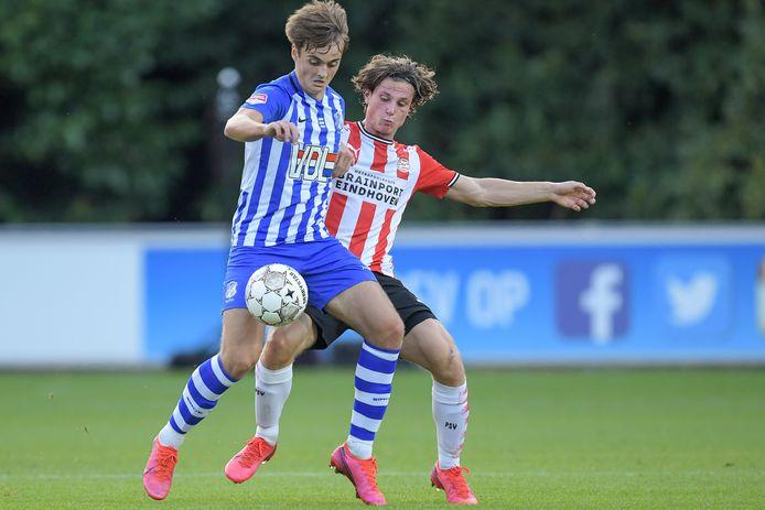 Kaj de Rooij  houdt Mees Kreekels van Jong PSV van zich af.
