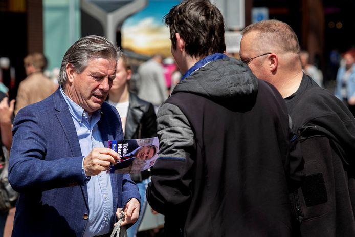 Toine Manders op campagne voor de Europese verkiezingen, toen nog namens 50Plus