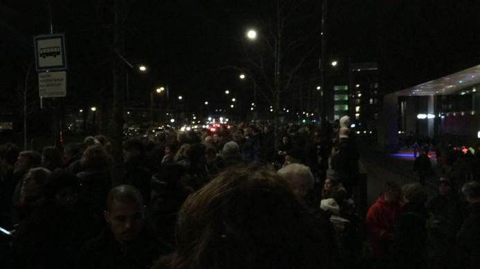 Honderden reizigers staan te wachten op de bussen