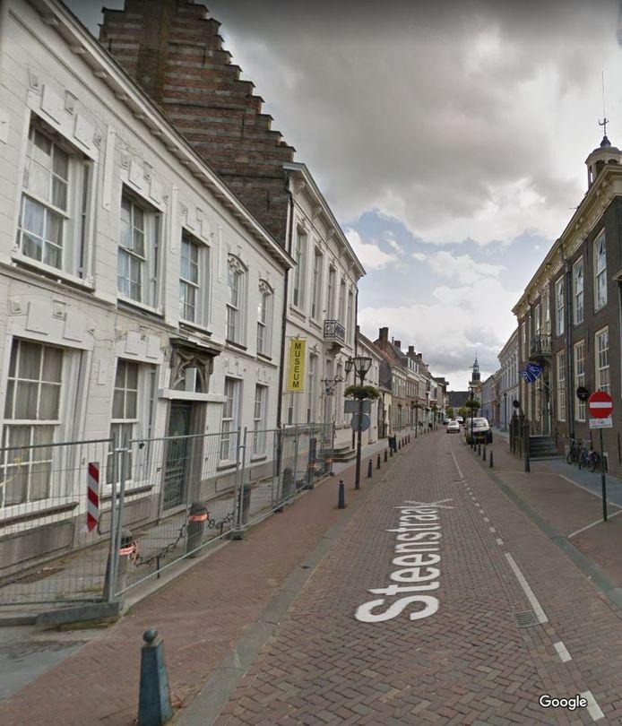 De Steenstraat, met links het huidige Museum Hulst en recht aan de overkant het toekomstige onderkomen van het museum, het 's-Landshuis.