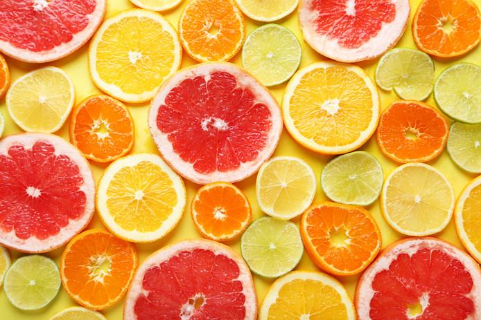 Zuur gaat het bruiningsproces van gesneden fruit tegen.