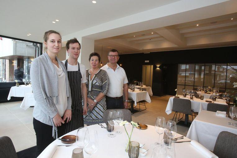 Sofie Demuynck, Nils Van Dievoet, Friedl Grymonprez en Dirk Demuynck in de familiezaak.