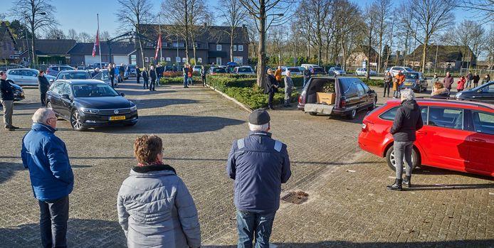 Trouw voetbalsupporter Kees van Rijn werd nog eenmaal naar zijn club Nooit Gedacht in Geffen gevoerd, waar het publiek afscheid van hem kon nemen.