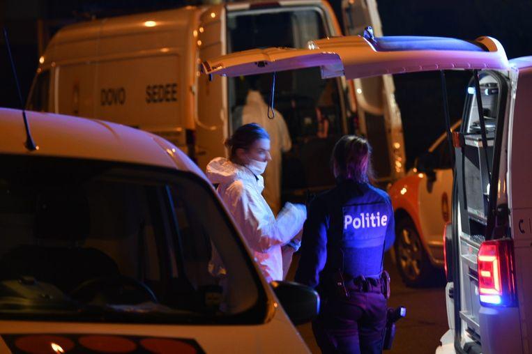 De politie en DOVO kwamen ter plaatse na de plofkraak in het bankkantoor van BNP Paribas Fortis in Stabroek.
