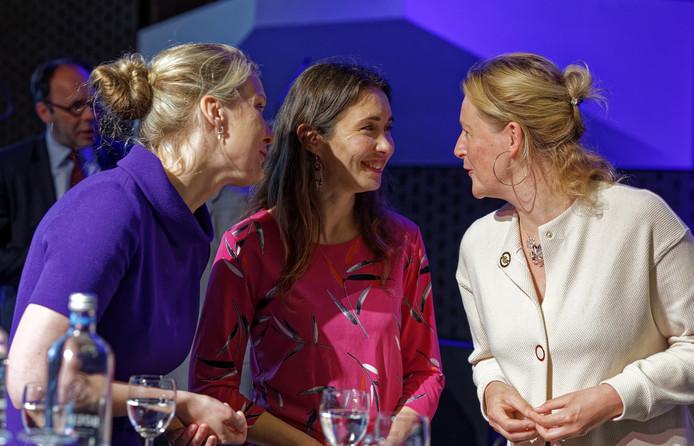 Een onderonsje tussen gedeputeerden Marianne van der Sloot (l) en Anne-Marie Spierings met GroenLinks-fractievoorzitter Hagar Rooijackers (r).