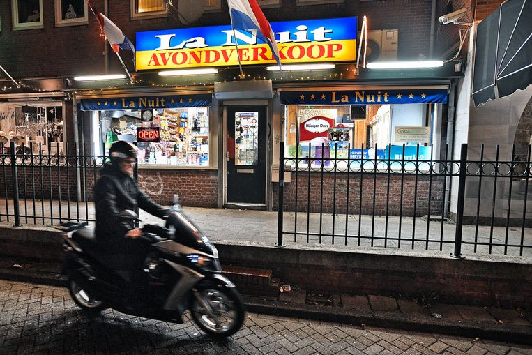 De overvallen avondwinkel in Amsterdam-Noord. Beeld Guus Dubbelman / de Volkskrant