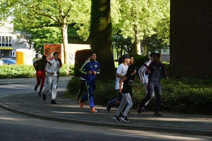 In Tilburg oefenen jongeren voor de Ten Miles op de Noord Corellistraat