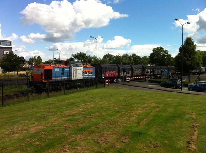 De trein over de spoorwegovergang. Foto Matthijs Oppenhuizen