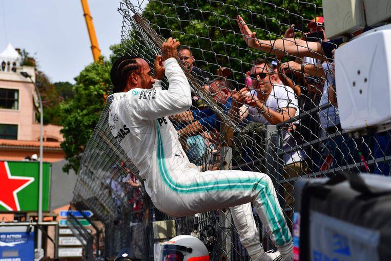 Hamilton klimt op een hek na zijn nieuwe pole.