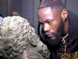Bokskampioen Wilder houdt 'staredown' met standbeeld