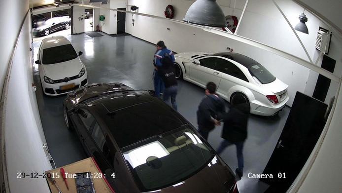 De ontvoering is door de beveiligingscamera haarscherp in beeld gebracht