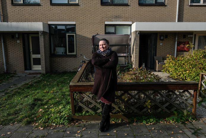 Esther van IJs woont al zes jaar naast een woning waar arbeidsmigranten zich huisvesten. Ze ervaart veel overlast.