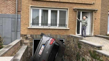Onfortuinlijke Henri (93) 'parkeert' wagen op zijn flank op oprit
