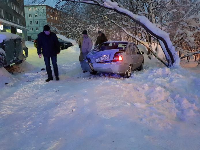 Een voor de deur geparkeerde Daewoo moest het ontgelden en liep flinke schade op.