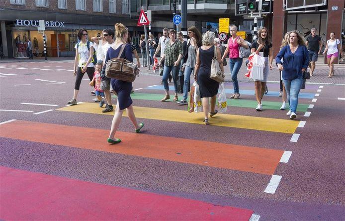 Een regenboogzebrapad in Utrecht. Foto: ANP
