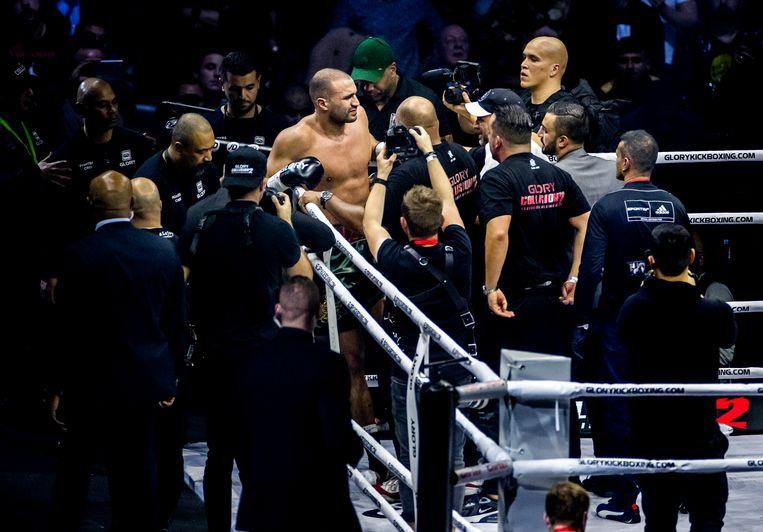 Badr Hari moest geblesseerd opgeven tegen Rico Verhoeven tijdens de rematch. Beeld ANP
