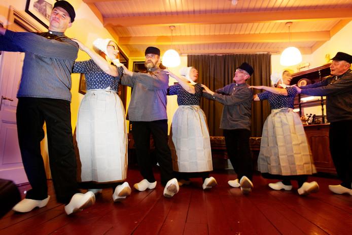 De Folkloristische Dansgroep Hellendoorn doet mee aan een achtdaags festival in Indonesië.