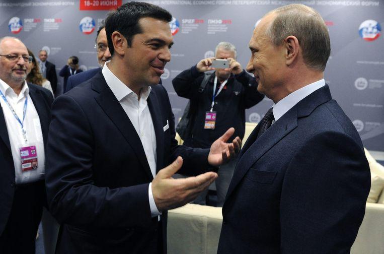 De Griekse premier Alexis Tsipras begroet de Russische president Poetin op het Internationaal Economisch Forum, vandaag in Sint-Petersburg.