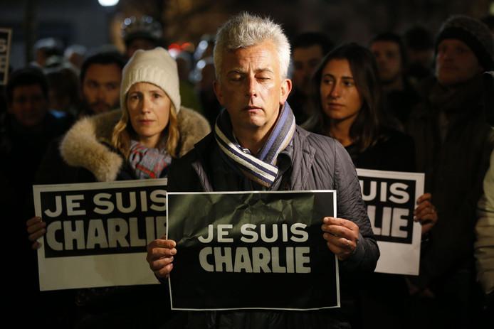 Net als in veel Europese steden kwam op Trafalgar Square in Londen mensen bijeen om stil te staan bij de bloedige aanslag in Parijs.