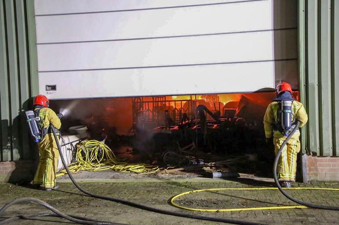 De brandweer bij de loods in Lage Mierde.