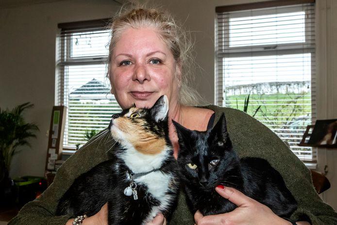 Mieke Krottje met twee van haar vier katten.