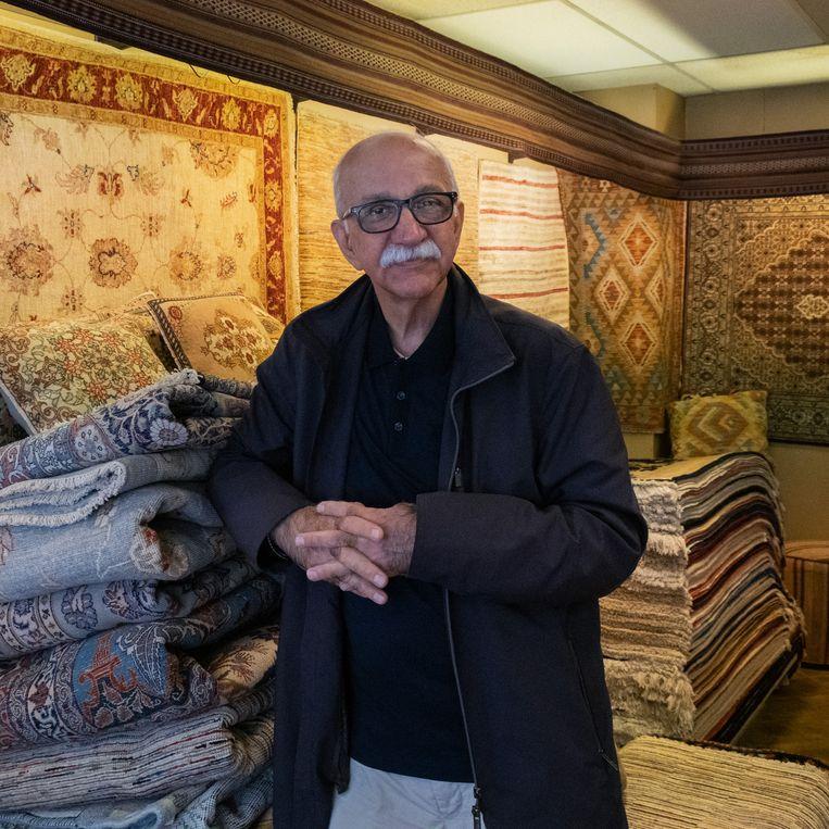 Reza Yaghubi, de eigenaar van Yaghubi Orient Carpets. Beeld Sabine van Wechem