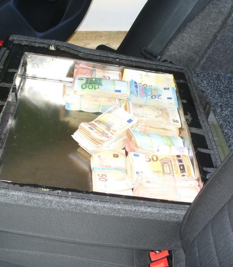 Man (45) lijmt 300.000 euro in rugleuning van achterbank