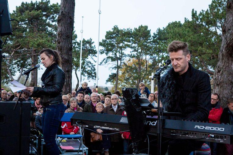 Op de begraafplaats in Oostduinkerke kwam Maud Vanhauwaert spreken, terwijl Ozark Henry voor de muziek zorgde.